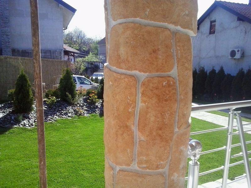 Motiv štampanog zida na stubu